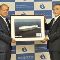 Principal of Tokyo University of Marine Science and Technology Nobuaki Okamoto (left) and MOL Managing Executive Officer Takaaki Inoue (right) at the ceremony (Photo: MOL)
