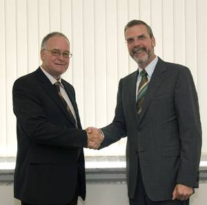 Close cooperation: Volker Heuer (right), CEO of Tognum AG, and Hans Thomas Hug (left), President of the Board of Directors of Hug Engineeering AG, agreed on the formation of a joint venture between the two companies to drive forward development in the field of exhaust aftertreatment.