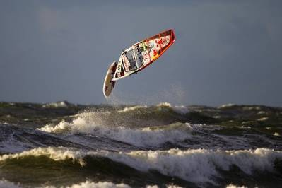 Windsurfur looping: Photo credit Kia Cold Hawaii Races