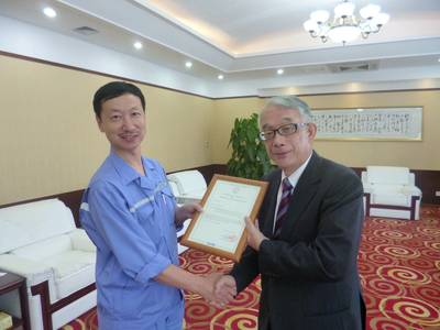 Handing the SOC from ClassNK to Dalian Shipbuilding Industry Marine Service Co.; Sun De Lin, CEO: Dalian Shipbuilding Industry Marine Service Co., Ltd. (left) Toshitomo Matsui, Executive Vice President: ClassNK (right)