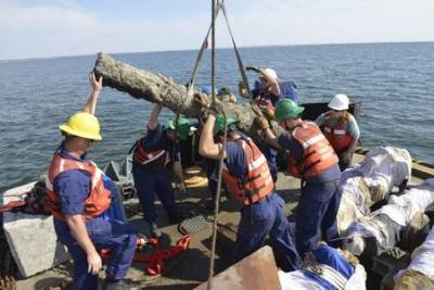 Blackbeard's cannons lifted: Photo courtesy of USCG