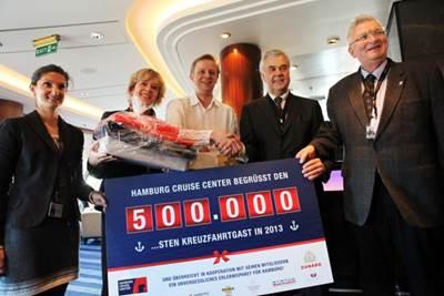 f.l.t.r.: Nadine Palatz (Hamburg Cruise Center e.V.), Anja Tabarelli (Cunard Line), Ivar Hammerbeck (500.001st guest), Senator Frank Horch (Senator of the Ministry for Economic, Transport and Innovation Affairs) und Dr. Stefan Behn (Hamburg Cruise Center e.V.).