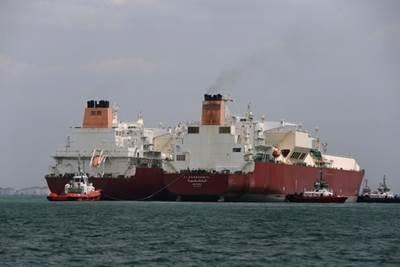 Ship to ship LNG transfer: Photo courtesy of Qatargas