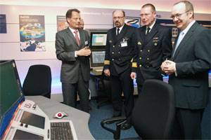 In the newly opened Atlas World, Atlas Managing Director Kai Horten presents the wide-ranging products and capabilities of Atlas Elektonik to the Director of Naval Armaments and Logistics, Captain Werner Lüders, Rear Admiral Karl-Wilhelm Ohlms and Bremen's Senator for Economic Affairs and Ports, Ralf Nagel (left to right).