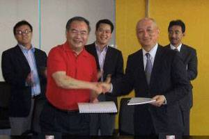 (From left) Shen Wenming, Vice President, Jiangsu Shagang Group and Kenichi Nagata, Managing Executive Officer, Mitsui O.S.K. Lines, Ltd. (Photo courtesy Mitsui O.S.K. Lines, Ltd.)
