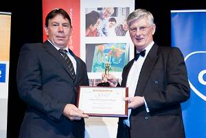 Expro's Australia HSEQC adviser, Terry Haines, left, receives the Safe Way Achiever Award at an IFAP celebratory dinner. (Photo courtesy Pennebaker | fifth Ring)