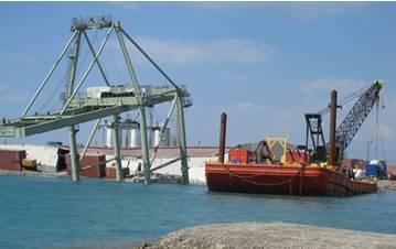 The collapsed Washington Gantry crane in Port-au-Prince (Photos courtesy of USTRANSCOM)