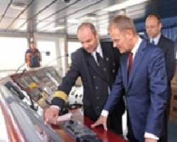 Captain Wojciech Kucz, the master of Maersk Elba, had the honour of showing Donald Tusk, the Prime Minister of Poland, around his vessel in the Port of Gdansk. Maersk Elba is the biggest containership ever to call in a Polish port.