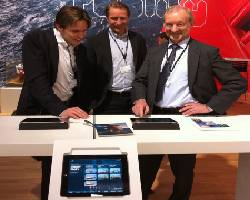 Vidar Eikrem demonstrates the new App to visitors on the stand.