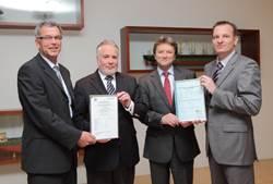 The presentation of the certificate (from left to right): Kai Fock (GL), Christian Suhr (Ahrenkiel), Wolfgang Kempke (Ahrenkiel), Dr. Fabian Kock (GL).