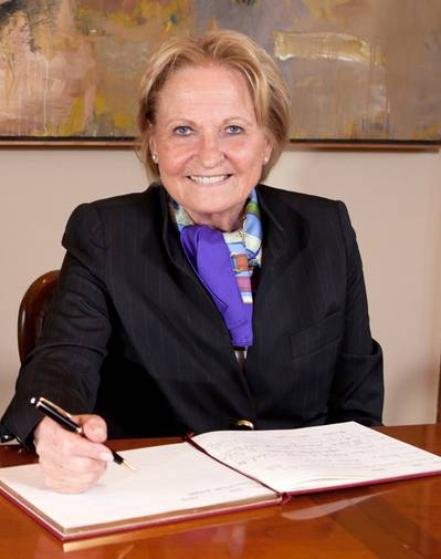 Dr. h.c. Dipl.-Kfm. Isolde Liebherr signing the guest book of the University of Cork.