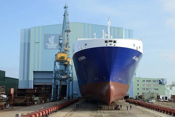 """Roll-out at Volkswerft Stralsund: New building vessel 500 is a RoRo special ship for the Danish shipping company DFDS and will later be christened """"Ark Germania."""" (Photo: P+S Werften)"""