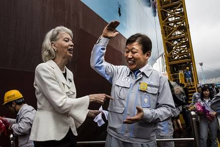 Ane Mærsk Mc-Kinney Uggla celebrating with Jae-ho Ko, President and CEO of DSME (Photo: Maersk)