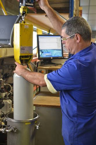 Leak testing refilled gas cylinders in vacuum chamber