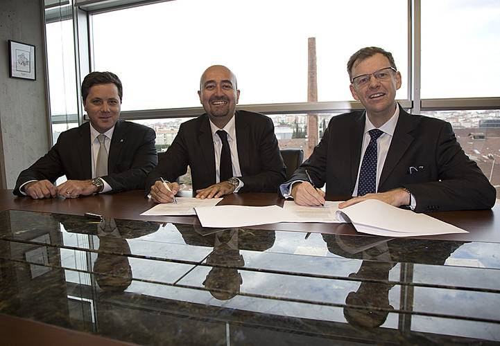 The event also saw Sanmar sign a contract for the supply of Rolls-Royce thrusters for a further twelve tug boats. Left to right: Erkut Aslanoglu, Rolls-Royce Sales Manager – Turkey, Ali Gurun, Sanmar Shipyard, Project Director and Neil Gilliver Rolls-Royce, President – Merchant.