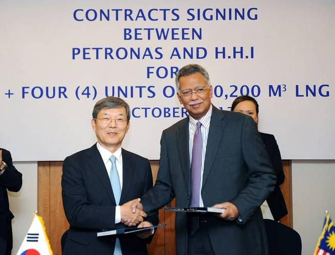 Signing ceremony: Mr. Lee Jai-seong, President & CEO of Hyundai Heavy Industries (left), Mr. Tan Sri Dato' Shamsul Azhar Abbas, CEO and President of Petronas