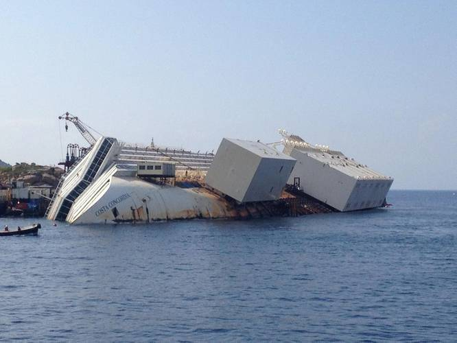 Costa Concordia with the sponsons attached to her port-side hull. (© KSB Italia S.p.A.)