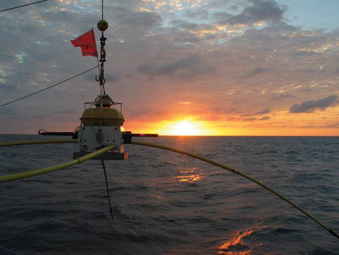 Data receiver at sea.  (Courtesy Earth Risk Technologies)