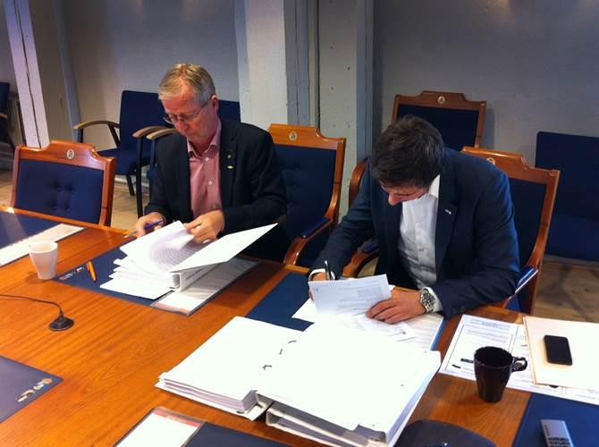 Sindre Sviggum Knutsen, Area Sales Manager and Åke Dagnevik, KBV signing the contract