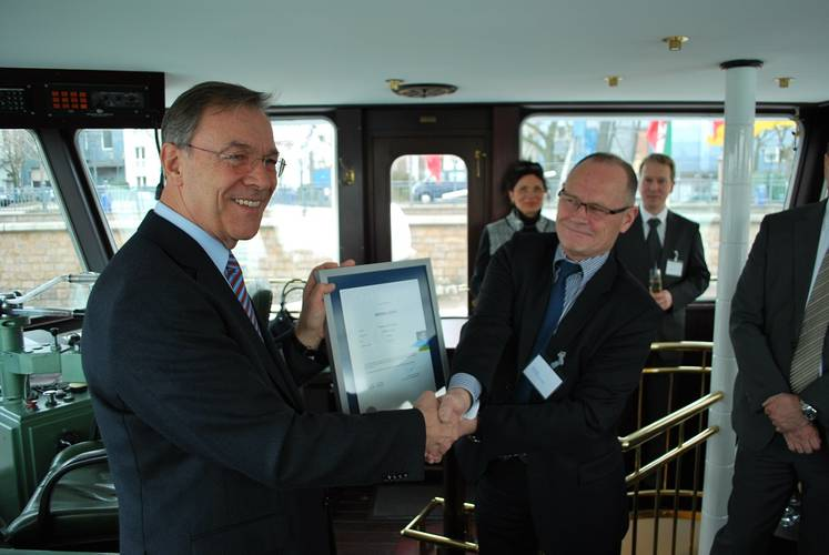 From left to right: Robert Baack (IMPERIAL Shipping Holding GmbH, COO) receives an official Green Award plaque from Jan Fransen (Green Award Foundation, Managing director)