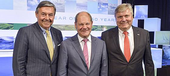 Celebrating in 150 Years of DNV GL Hamburg: Michael Behrendt (v. l.), Chairman of the Executive Board of Hapag Lloyd AG, Olaf Scholz, First Mayor of the Free and Hanseatic City of Hamburg, and Henrik O. Madsen, President and CEO of the DNV GL Group. (Photo courtesy of DNV GL)