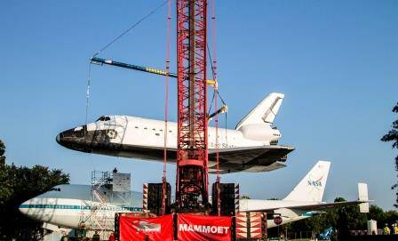 Mammoet lifts space shuttle replica Independence atop the original Shuttle Carrier Aircraft (SCA) NASA 905, a Boeing 747.